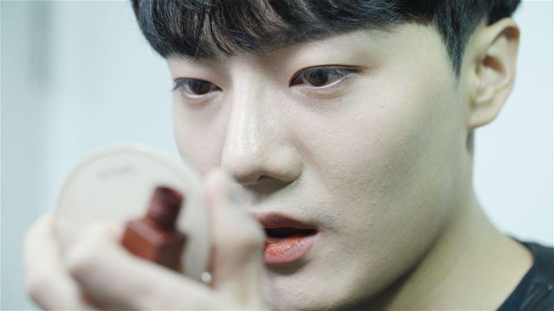 لماذا يفضل شباب كوريا وضع مساحيق التجميل