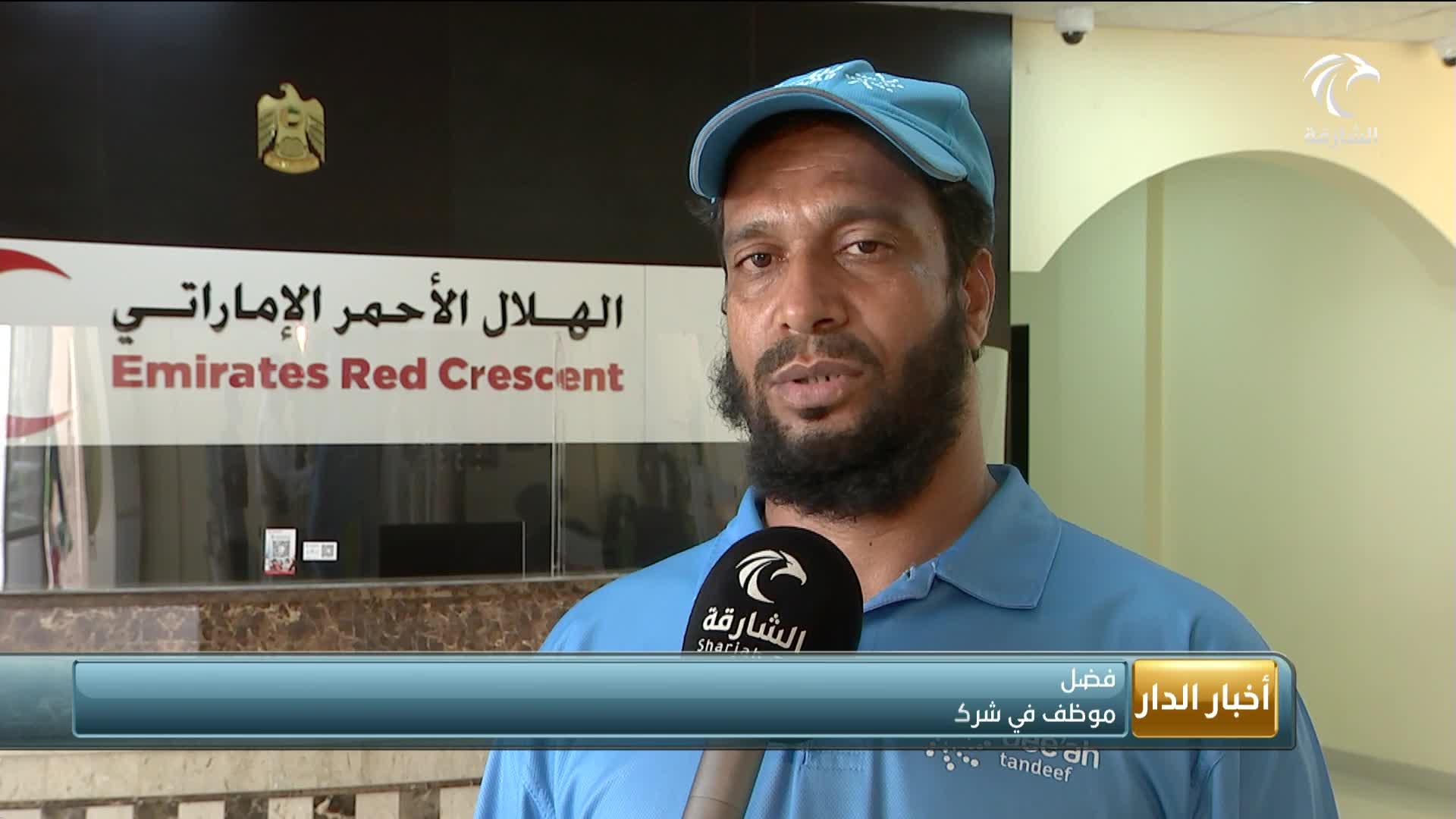 الهلال الأحمر يواصل توزيع الوجبات والمشروبات والقبعات على العمال ضمن المبادرات المجتمعية